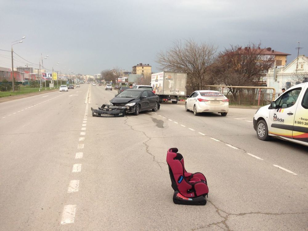 «Морды» всмятку: на Анапском шоссе сразу три автомобиля стали участниками ДТП