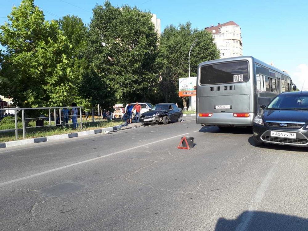 Две иномарки и один автобус, попав в ДТП создали пробку на ул.Астраханской в Анапе