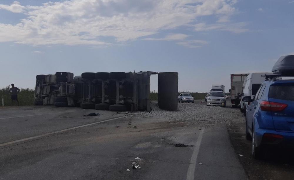 Прямо сейчас в Анапе жёсткое массовое ДТП: на дороге перевернулся самосвал с щебнем