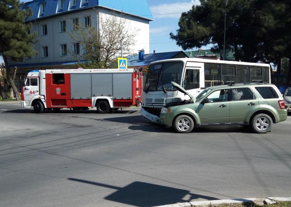 Только что: в Анапе на перекрёстке автобус попал в ДТП, приехали пожарные