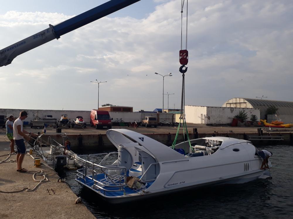 В морском порту Анапы спустили на воду прогулочный катер с прозрачным дном