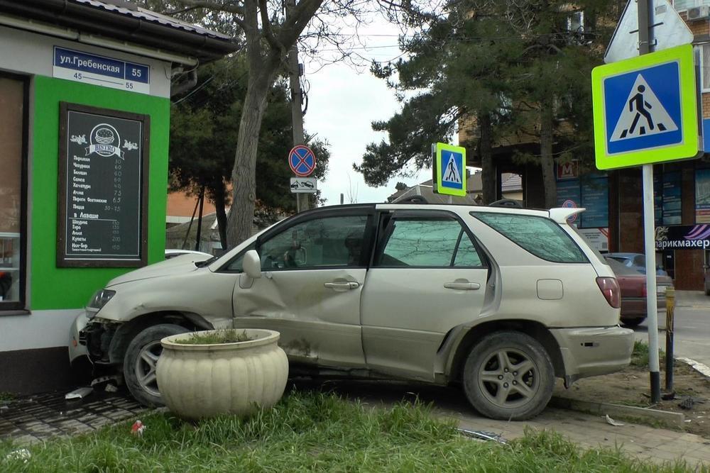 В Анапе водитель «Лексуса» въехал в закусочную на автомобиле