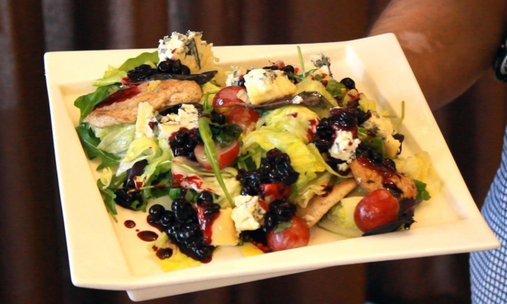 Салат «Шардоне» от шеф-повара кафе «Старый хутор»