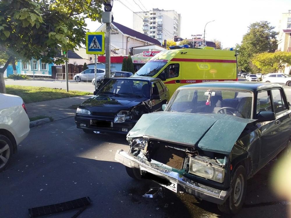 Прямо сейчас! Жёсткая авария в центре Анапы: два «ВАЗа» не поделили дорогу