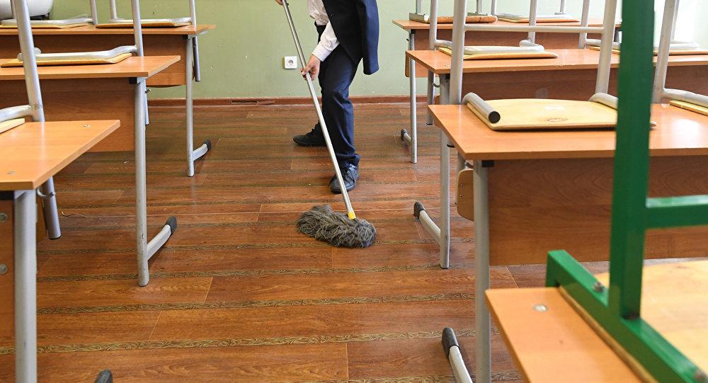 В Анапе ученики получают зарплату за уборку кабинетов и школьных территорий