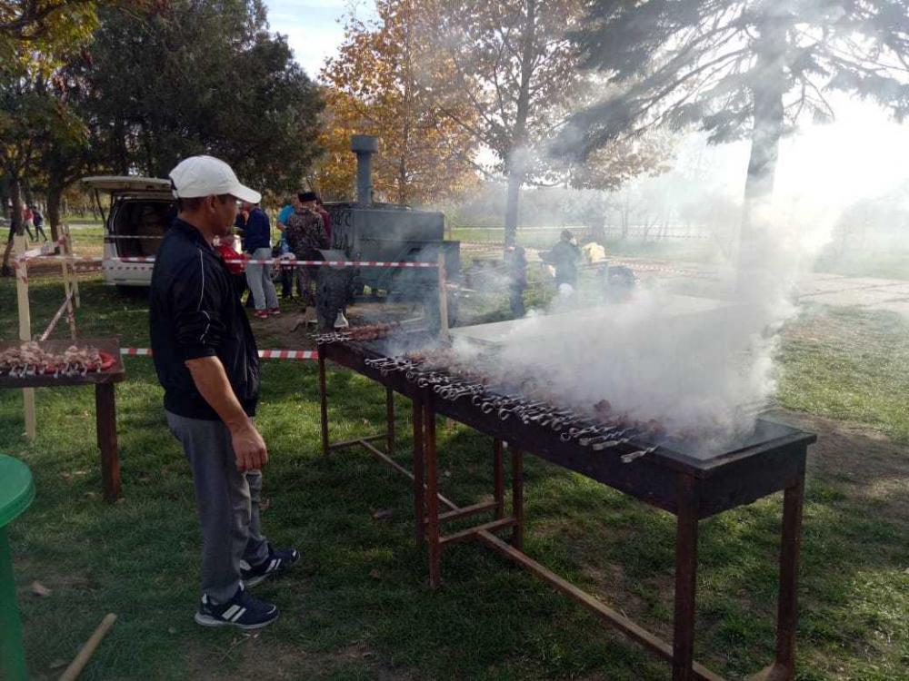 В Витязево, недалеко от Анапы, на праздник целый день кормили всех шашлыком бесплатно