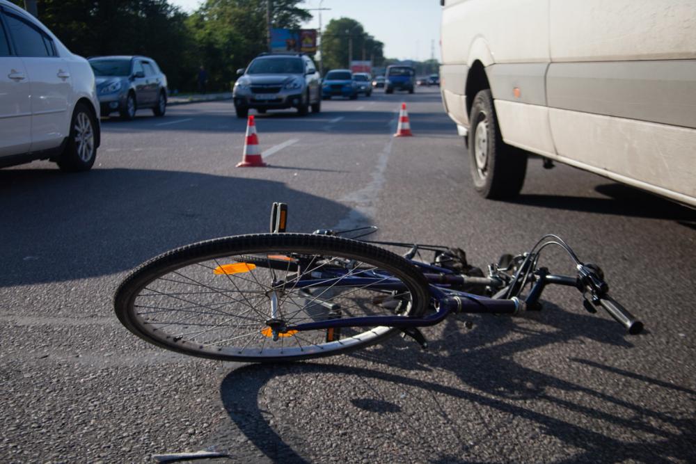На перекрёстке в Анапе легковушка сбила пенсионера на велосипеде