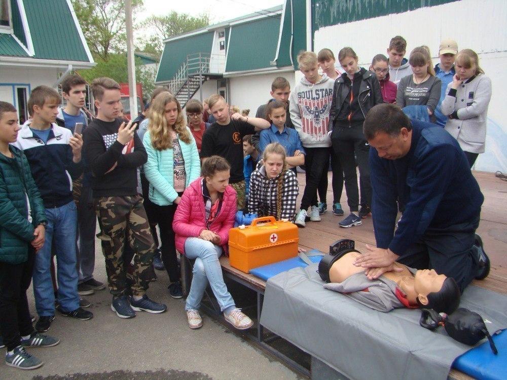 Подростки, отдыхающие в ВДЦ «Смена» под Анапой, отрабатывали приемы реанимации