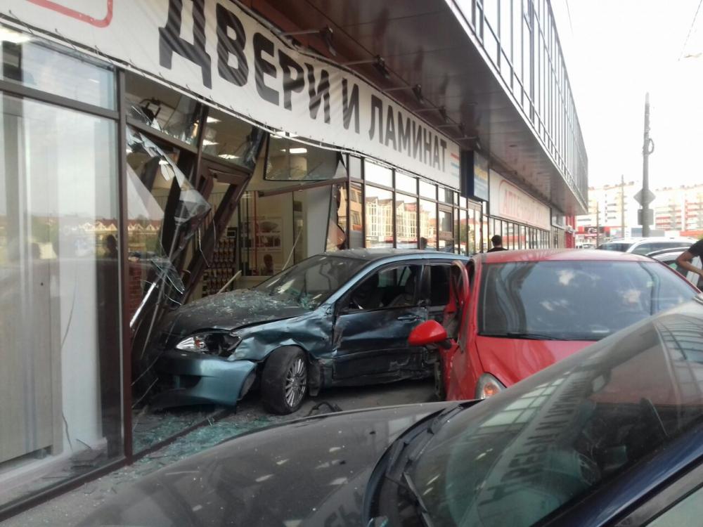 Страшная авария в Анапе, иномарка влетела в витрину магазина