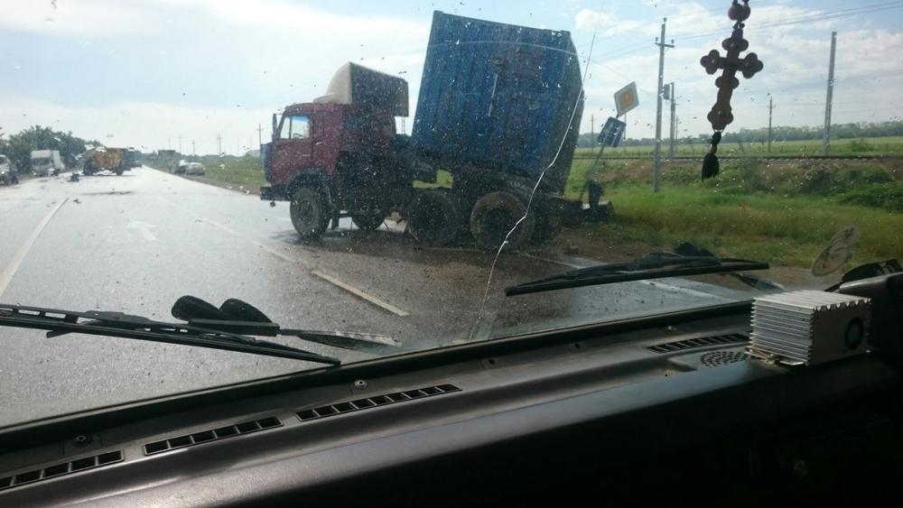 Недалеко от Анапы «Газель» со взорванным колесом врезалась в «КамАЗ»