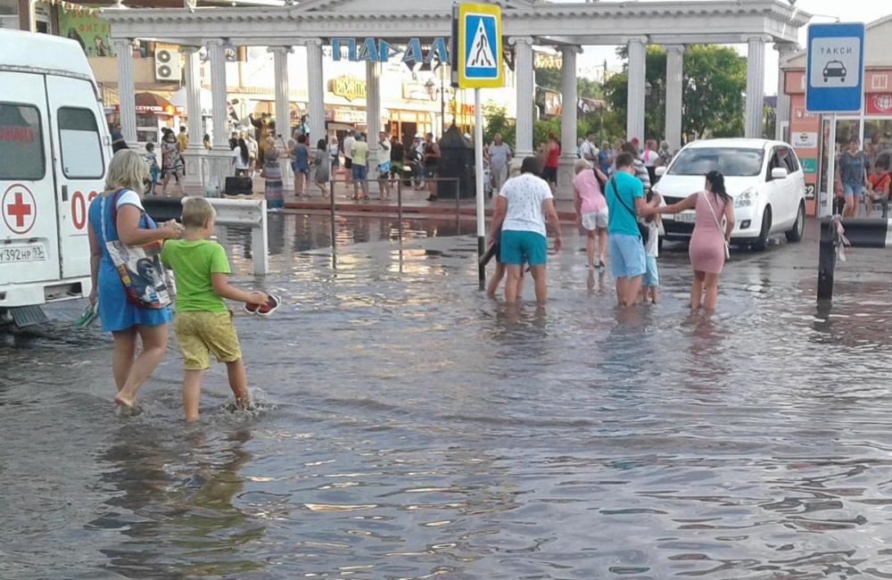 Прямо сейчас! Потоп на витязевской Паралии под Анапой: люди переплывают дорогу