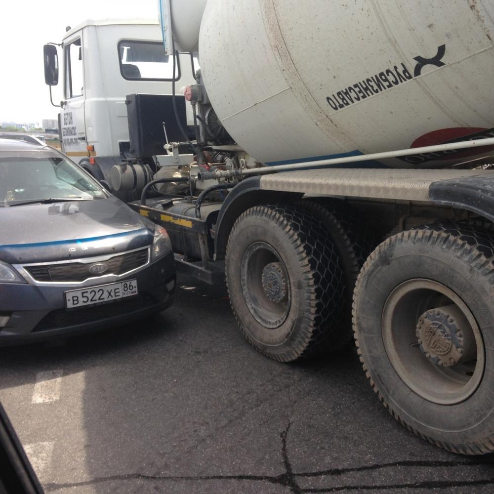 Миксер с бетоном попал в аварию в Анапе