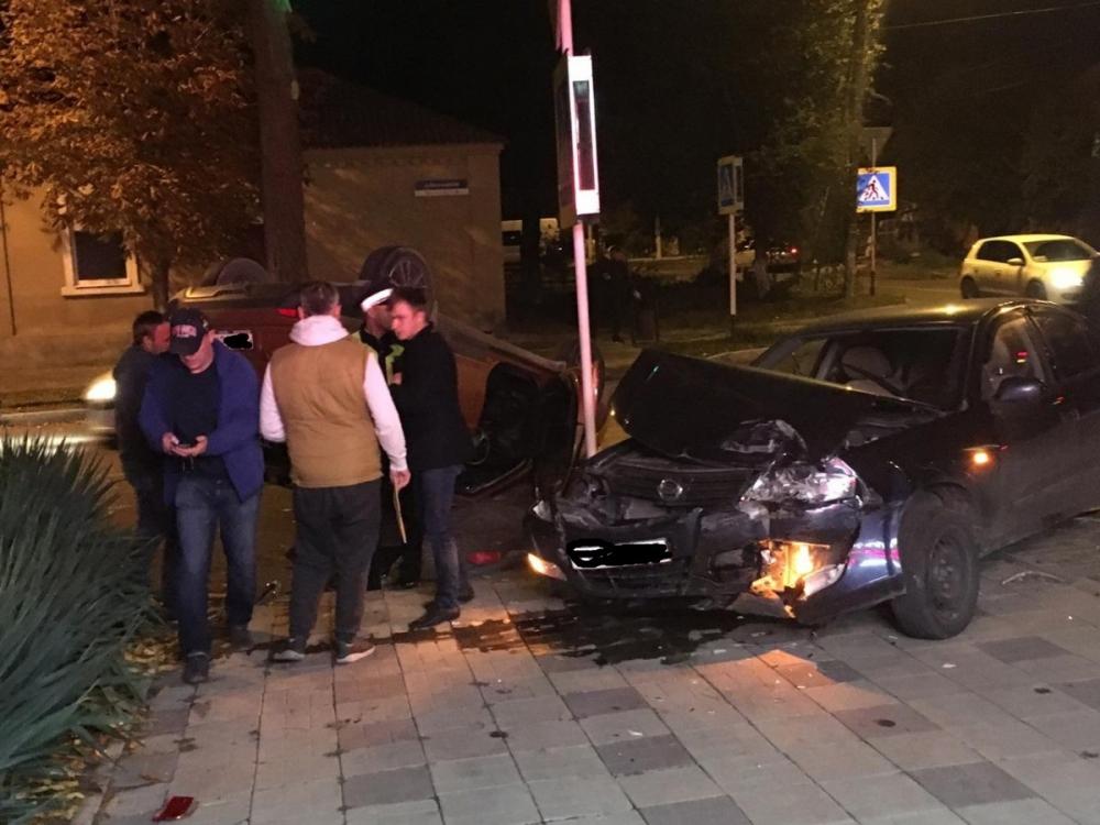 В Анапе серьёзное ДТП: одна машина перевернулась на крышу, а другая вылетела на тротуар