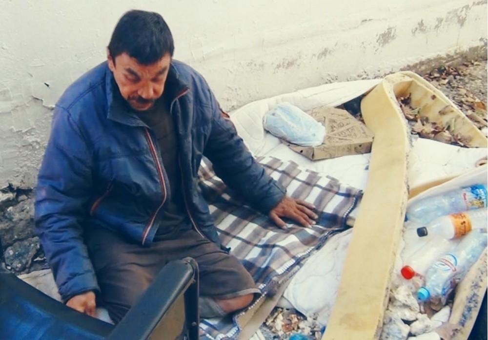 Стали известны подробности о нищенствующем в Анапе охраннике с простреленными ногами