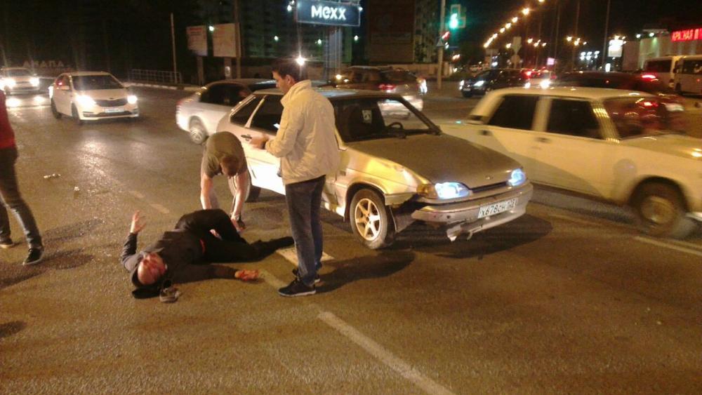 В Анапе в районе «Красной площади» лихач, пролетев на красный, сбил мопедиста
