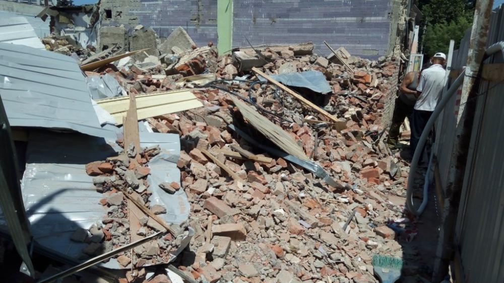 В Анапе стена бывшего винзавода «Лазурный» рухнула на автобусную остановку