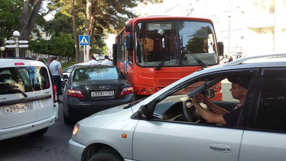 В Анапе в центре города авария с участием пассажирского автобуса