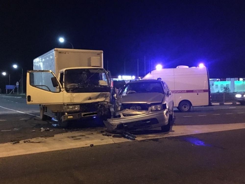 Ночью на трассе Анапа - порт Кавказ грузовик жёстко помял легковой «Ниссан»