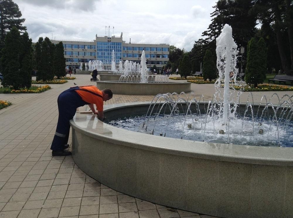 На главном фонтане Анапы следят за чистотой