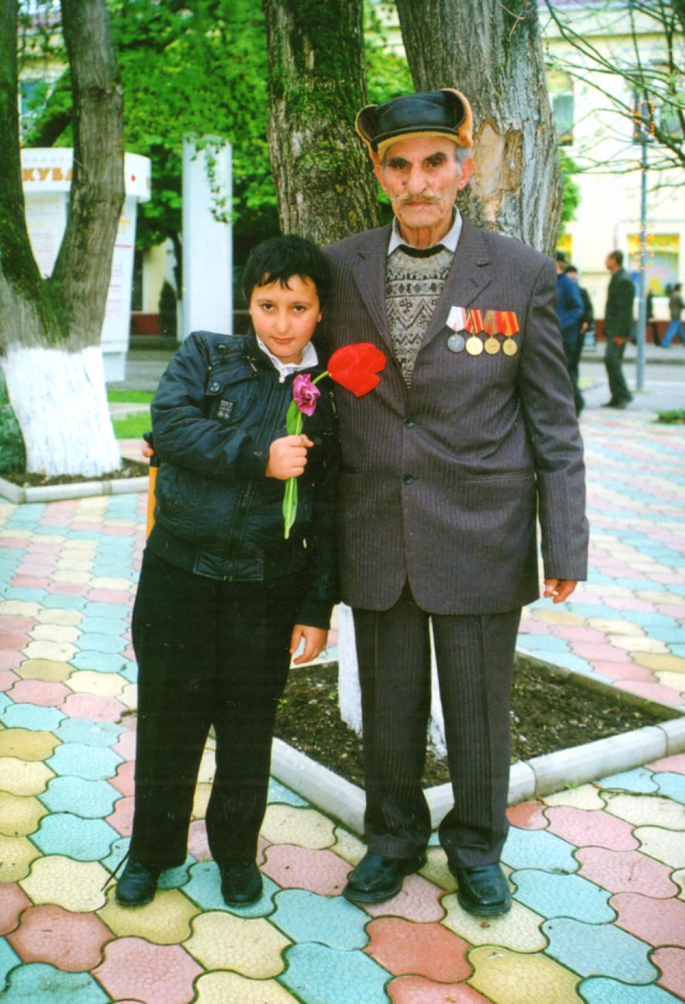 Эта фотография прошлых лет как полюбившийся слоган «Спасибо деду за Победу!»