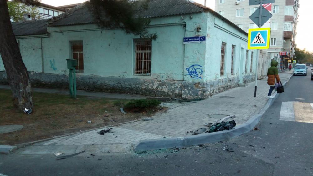 В Анапе микроавтобус врезался в жилой дом, пострадали трое взрослых и ребёнок