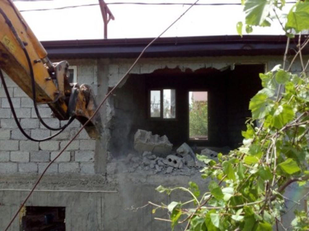 Под Анапой приступили к сносу мини-гостиницы, расположенной на садовом участке