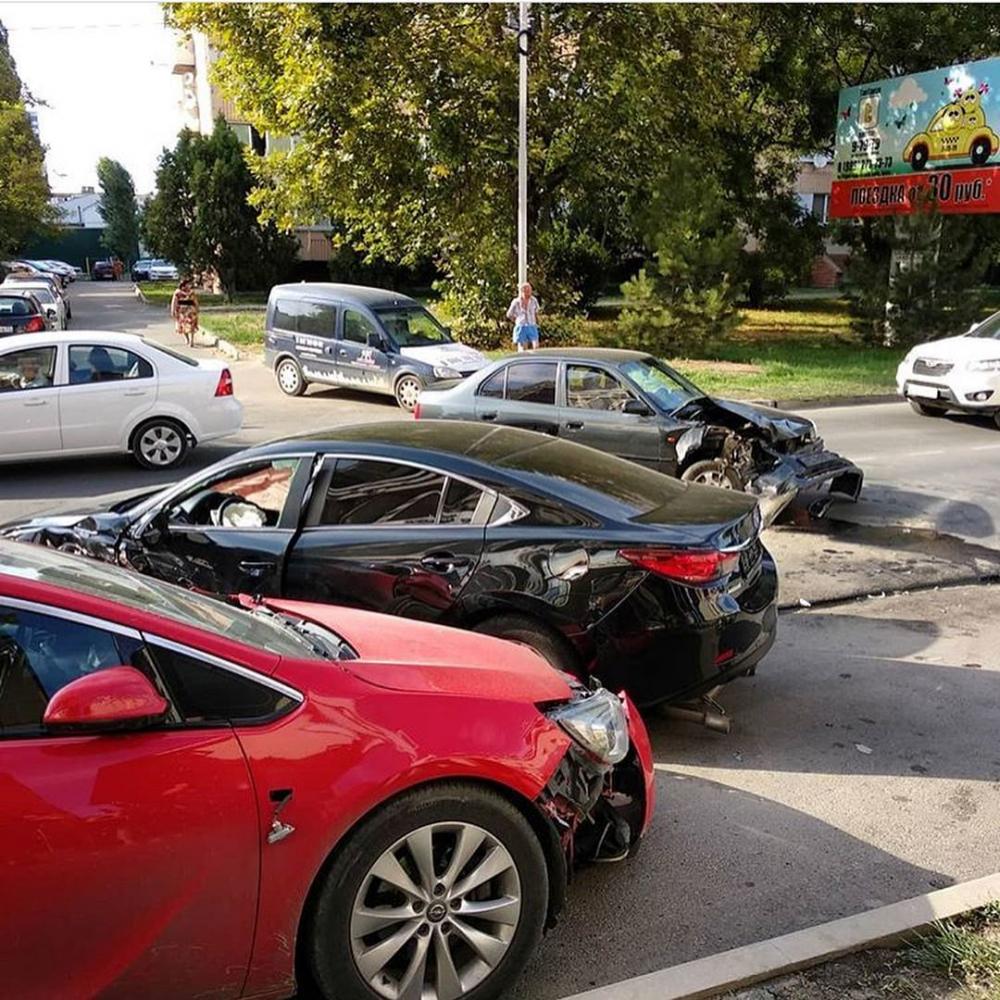 Желание быть быстрее всех привело к массовому ДТП с участием шести машин в Анапе