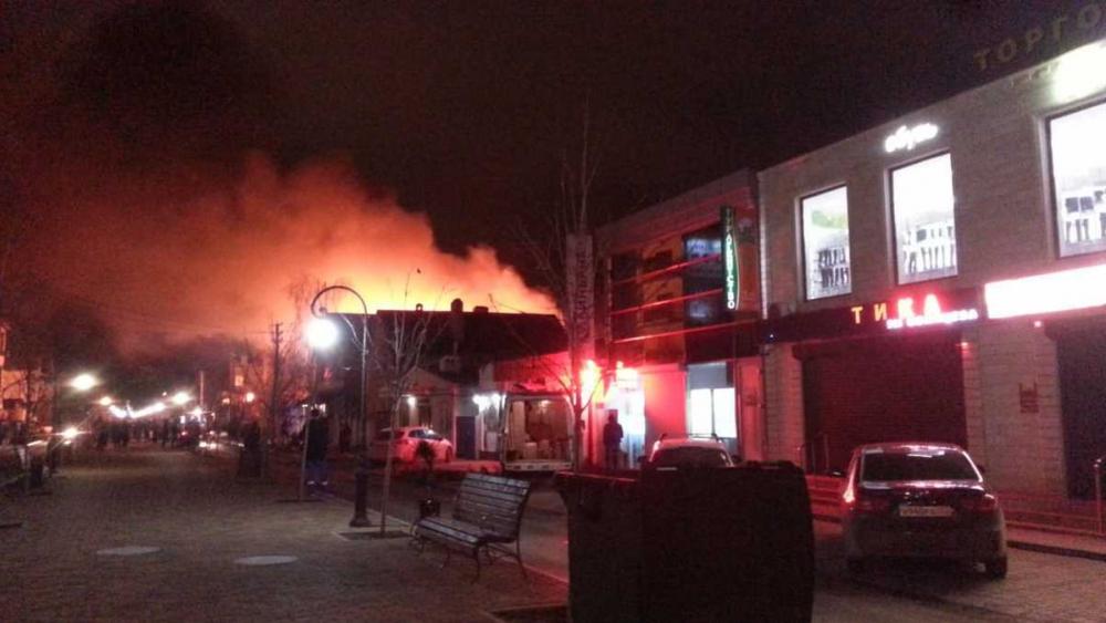 На улице Терской в Анапе полыхает магазин. Видео с места пожара