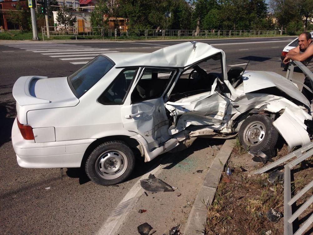 Искореженная груда метала вместо лады осталась после аварии на Анапском шоссе