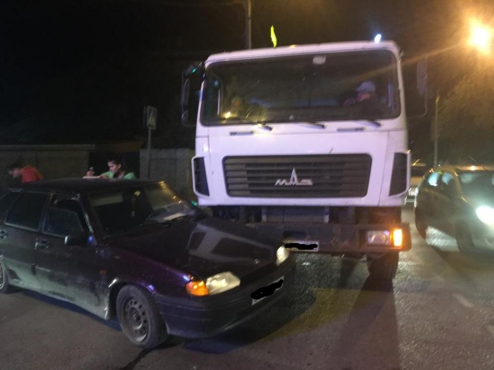 На перекрёстке в Анапе мусоровоз столкнулся с «Ладой», есть видео с места происшествия