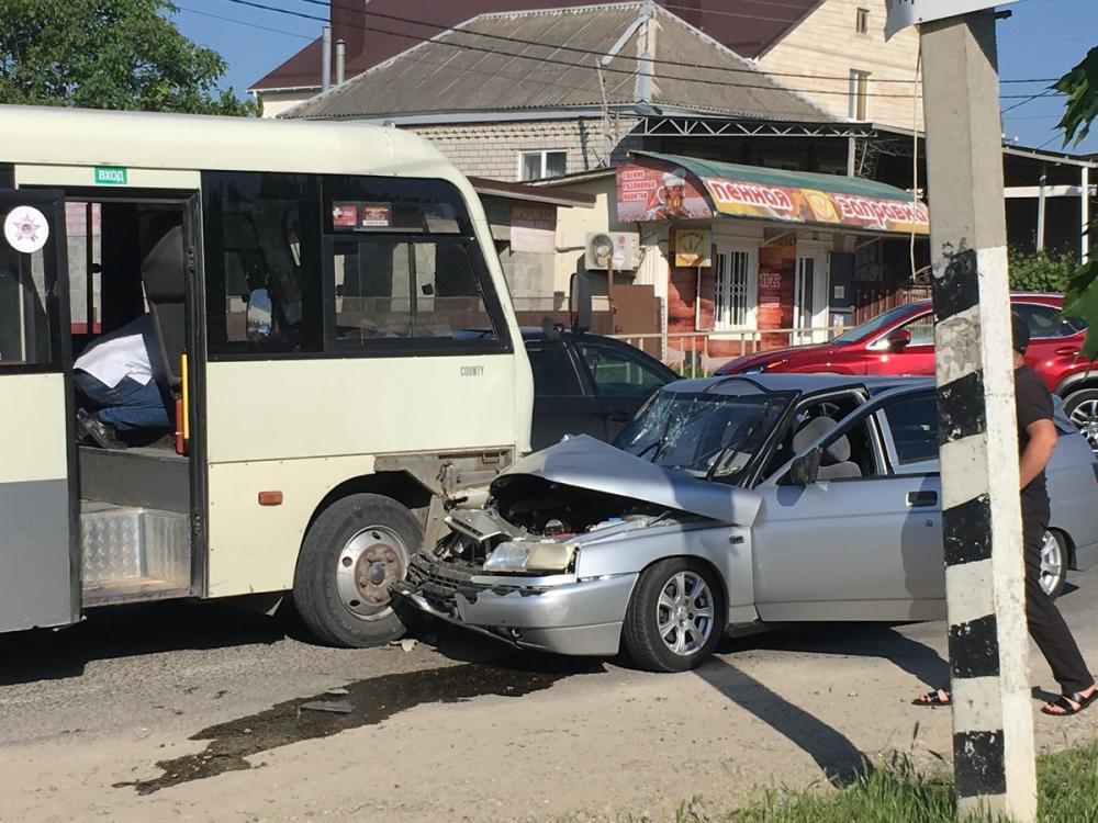 В Супсехе под Анапой «Лада» врезалась в автобус, пострадали 4 человека