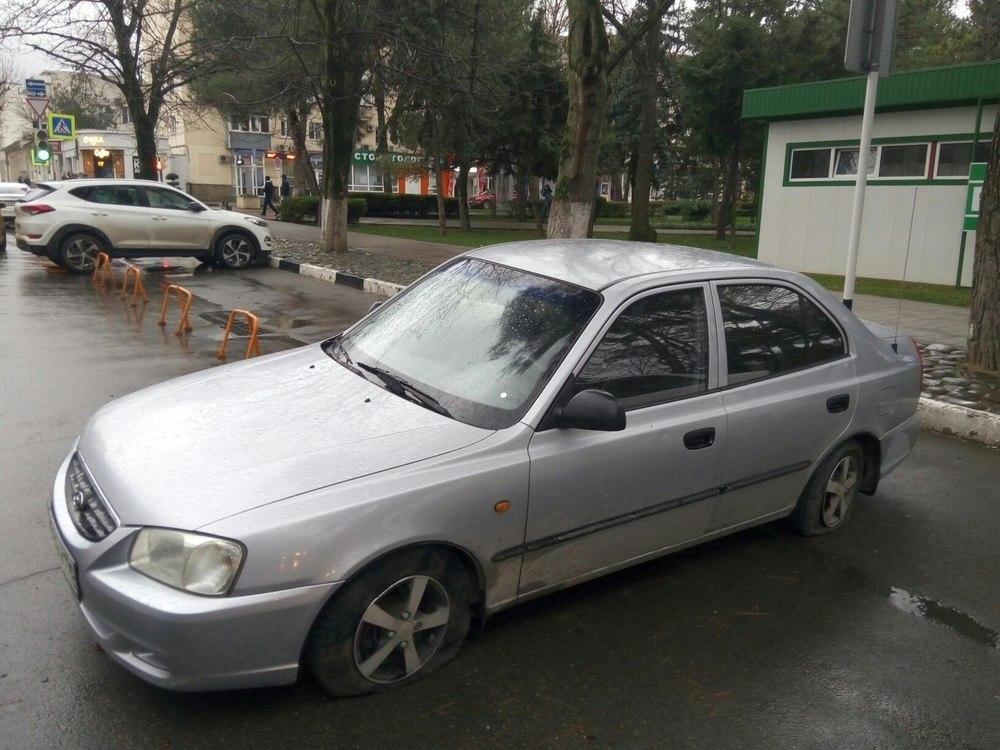 От слов к делу: за неправильную парковку водителю в Анапе прокололи шины