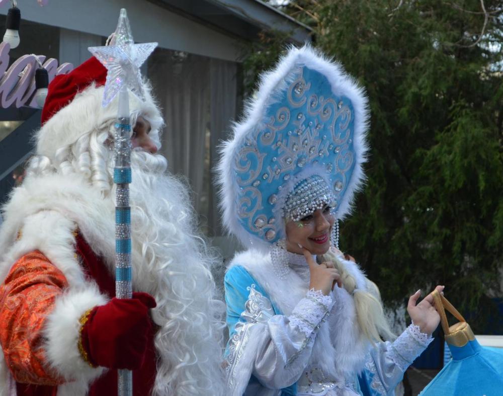 По Анапе начали путешествовать Дед Мороз и Снегурочка