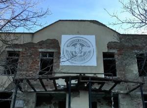 В разрушенном здании бывшего штаба авиации под Анапой местные школьники устраивают опасные игры