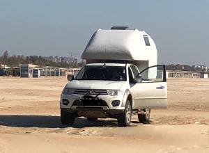 На пляже в Анапе «пришвартовался» оригинальный дом на колесах