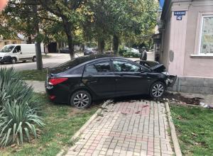 В Анапе иномарка влетела в жилой дом, чудом не пострадали пешеходы