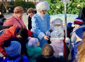Дед Мороз и Снегурочка поздравили анапчан с наступившим Новым годом