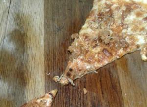 В одном из анапских кафе клиентам подали пиццу с «бонусом» в виде куриной лапы