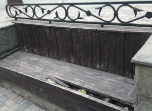На главной улице Анапы накануне летнего сезона стоят поломанные  лавочки
