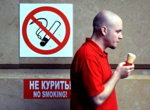 В Анапе на остановках курят при детях