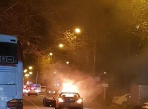 Сгорел, как спичка: в Анапе в районе Южного рынка на проезжей части вспыхнул легковой автомобиль