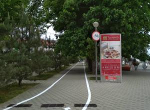 На анапской набережной в пешеходной зоне появилась велодорожка