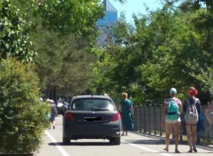 Новую велодорожку в Анапе начали «оккупировать» автомобилисты