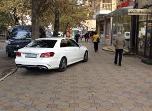 «Считает себя хозяином города...»: анапчан возмутил припаркованный на тротуаре «Mercedes»