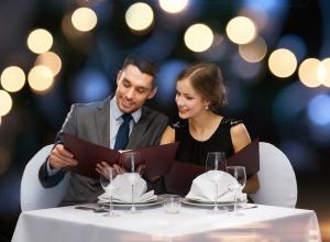 Бесплатный романтический ужин за столиком с видом на море всего за одно фото