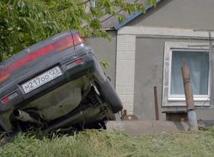 Незваный ночной гость въехал на машине во двор дома в Супсехе под Анапой