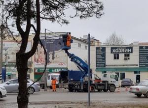 На улице Парковой в Анапе устанавливают долгожданный светофор