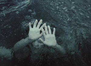 Мать с двухлетним ребёнком чуть не утонули в Анапе: на пирсе под ними проломились доски