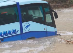 В Анапе ливень и шквалистый ветер, а в Новороссийске в море смыло целый автобус