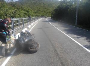 На Утрише под Анапой мотоциклист врезался в бетонное ограждение и погиб